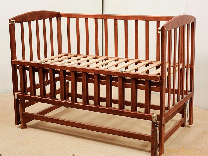кровать с видом в обстановке (Кроватка VALERI на шарнирах с подшипником и откидной боковиной окрашенная)