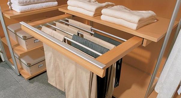 Выдвижная брючница в шкафу-купе
