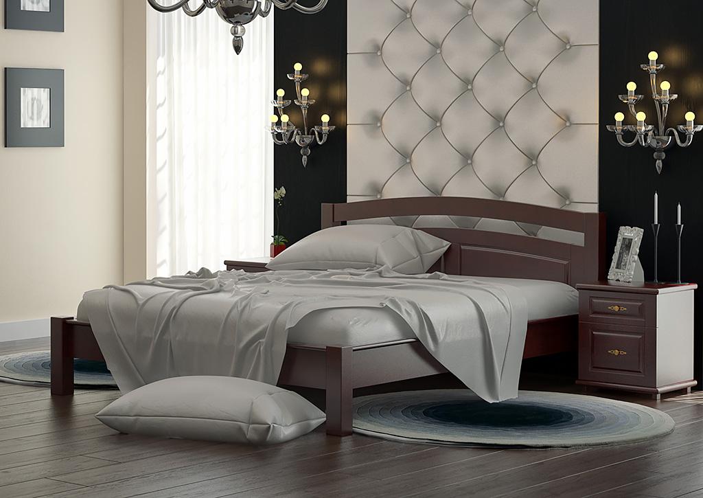 Кровать из ольхи в спальне