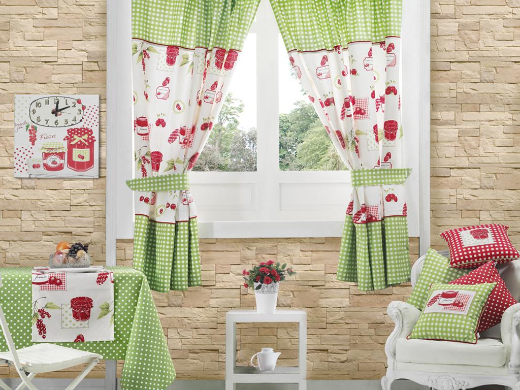 Сочные цвета в оформлении кухни при помощи штор, подушек и скатерти