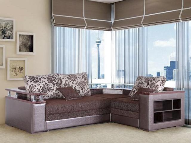 Угловой диван с деревянными подлокотниками