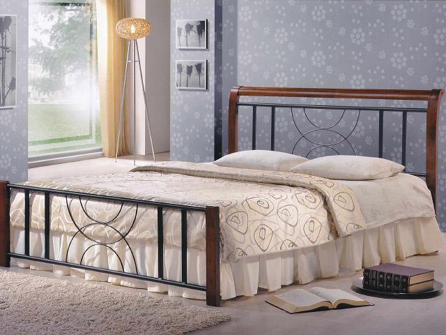 Металлическая кровать с коваными элементами