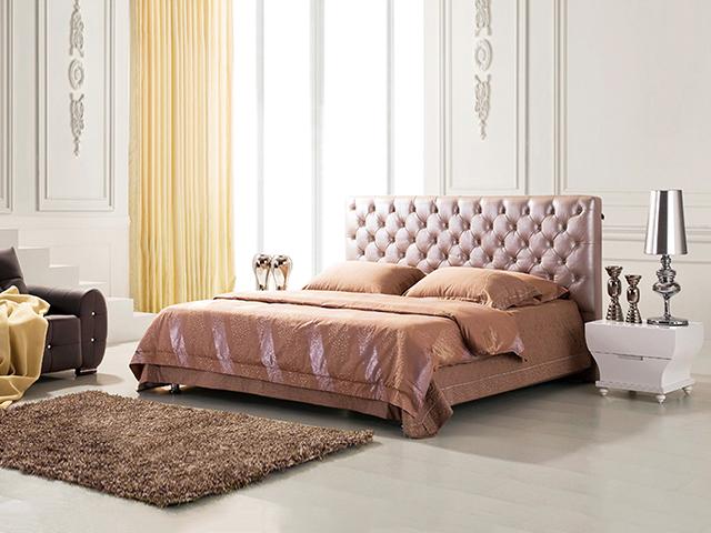 Кровать из кожи в интерьере