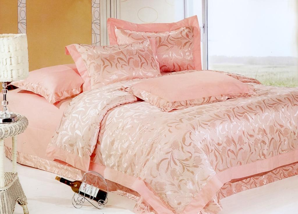Постельное белье в розовых тонах дарит ощущение тепла