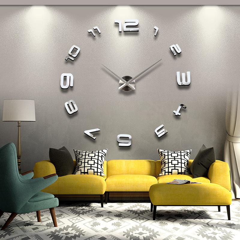 Часы в качестве декора интерьера гостиной комнаты