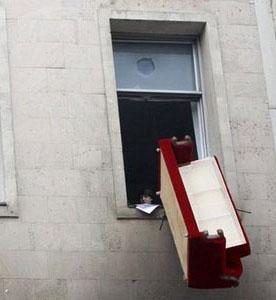 В Италии принято выбрасывать мебель под новый год
