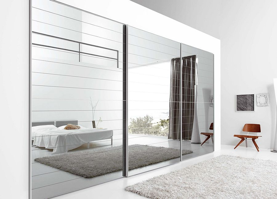Зеркальный фасад шкафа-купе делает комнату бесконечной