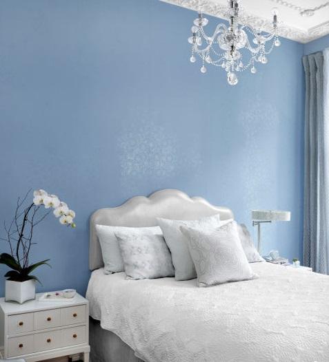 Перламутровое изголовье кровати и кристаллический блеск на обоях