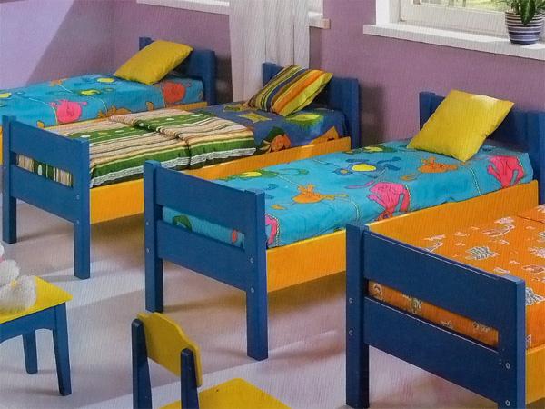 Деревянные детские кровати в дошкольном учреждении
