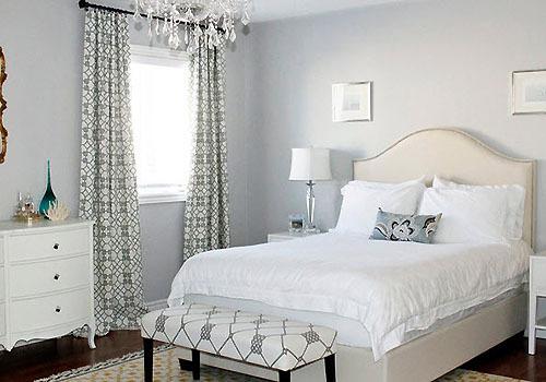Белая спальня создает ощущение простора
