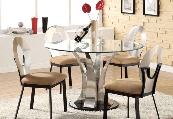 Стеклянный стол на металлической основе