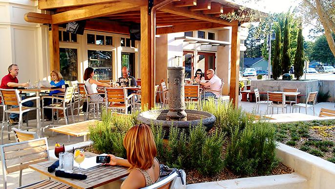 Металлические каркасы и сидения стульев из натуральных материалов - идеальная мебель для летнего кафе