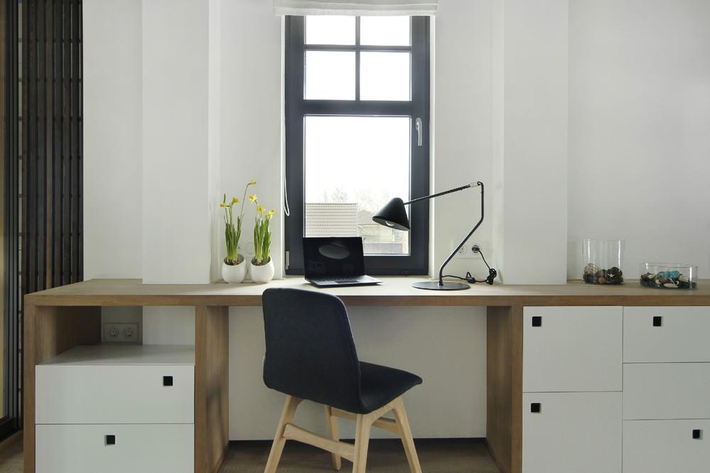 Домашний офис под окном