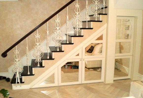 Гардеробная ниша под лестницей