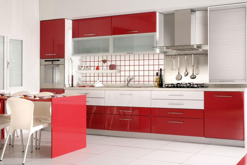 Яркая кухня с использованием полупрозрачных фасадов