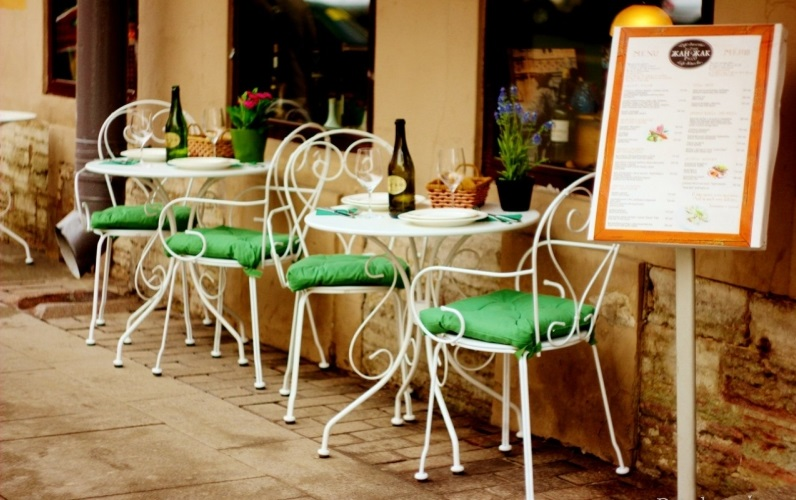 Металлические стулья для летнего кафе