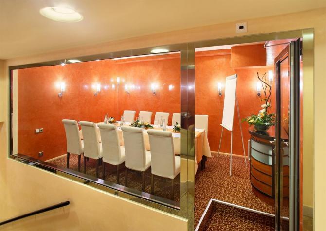 Оранжевая комната для переговоров