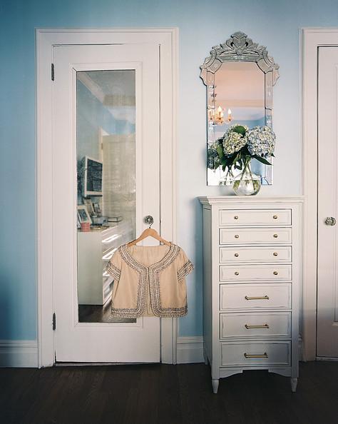Тумба и зеркало для декора