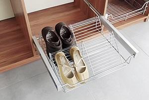 Выдвижная полочка в шкафу-купе