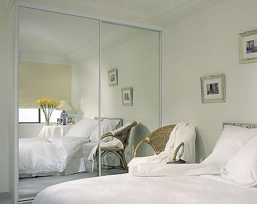 Встроенный шкаф-купе в интерьере спальни