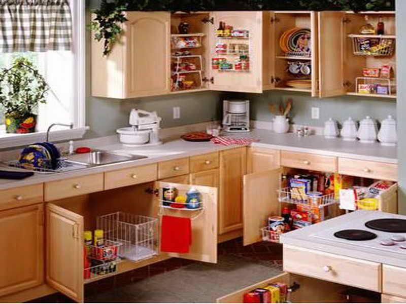 Кухня с распашными дверцами