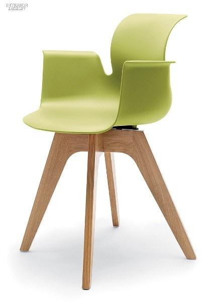 Офисное кресло на деревянных ножках
