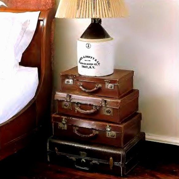 Тумбочка для винтажного интерьера спальни