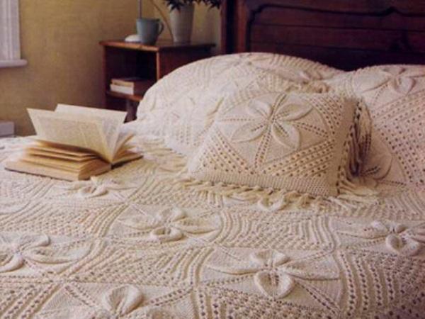 Вязанный плед и подушки в интерьере спальни