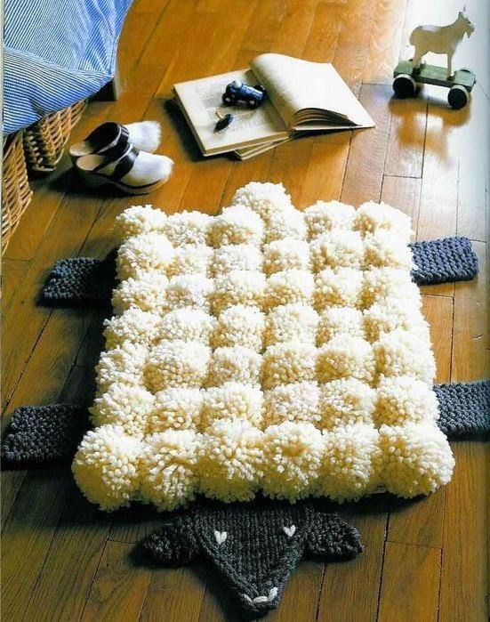 Вязаный коврик из помпонов