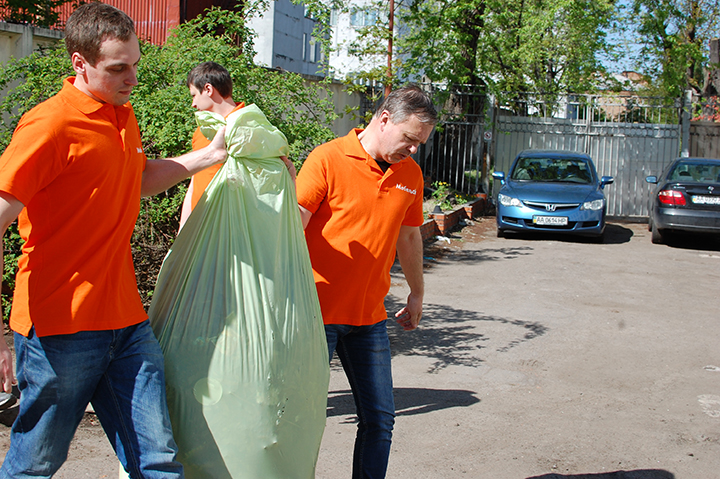 Уборка мусора командой МебельОК