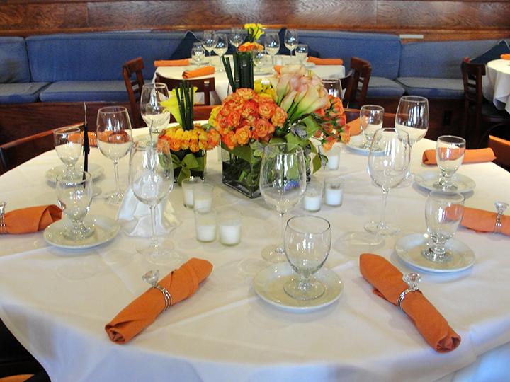 Круглый обеденный стол в ресторане