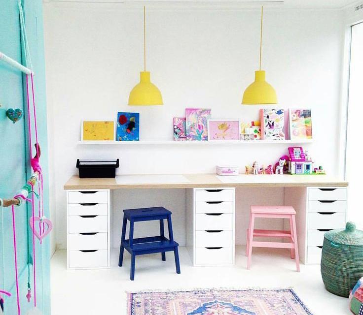 Место для занятий дома в детской комнате для двоих детей