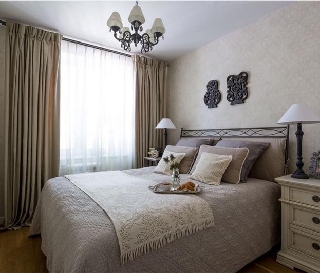 Декоративное оформление небольшого окна в спальне