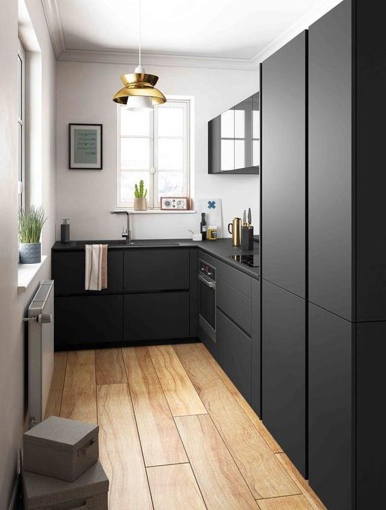 Кухонный гарнитур черного цвета в маленькой кухне