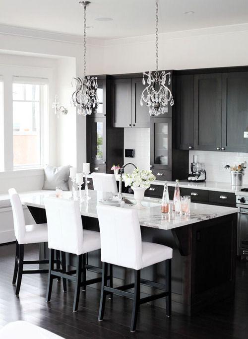Кухня с матовыми черными фасадами в неоклассическом стиле
