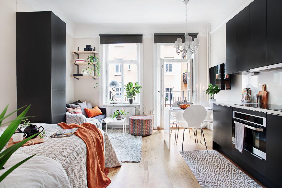 Черная мебель для кухни и гостиной в квартире-студии