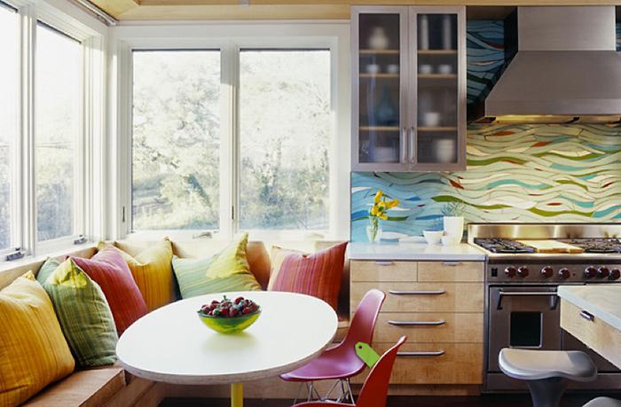 Кухонный уголок с декоративными подушками - отличное место для отдыха