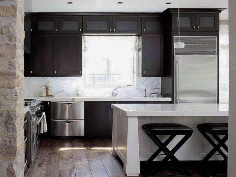 Черные фасады мебели в кухне-студии