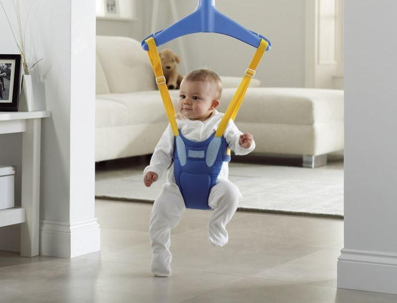 Забавы ребенка в прыгунках