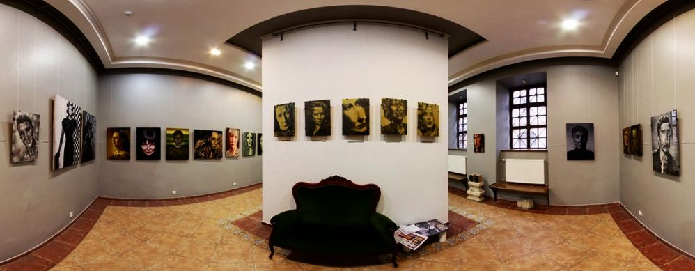 Диван для посетителей галереи