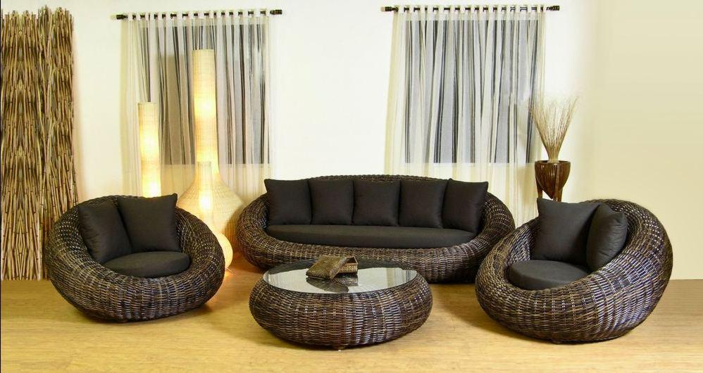 Плетенный диван и кресла в квартире