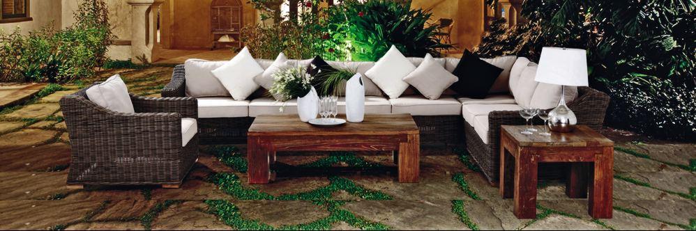 угловой ротанговый диван в саде