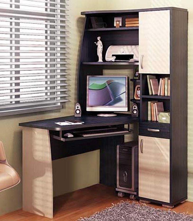 Компьютерный стол возле окна