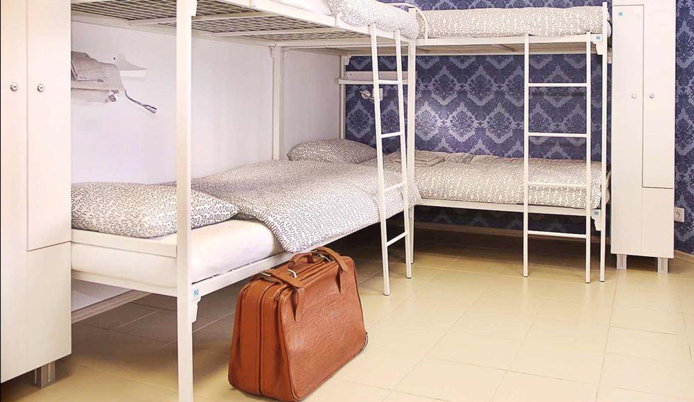 Железные двухъярусные кровати в хостеле