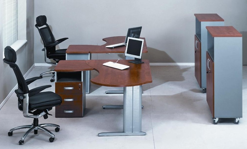 Письменные столы сотрудников в офисе