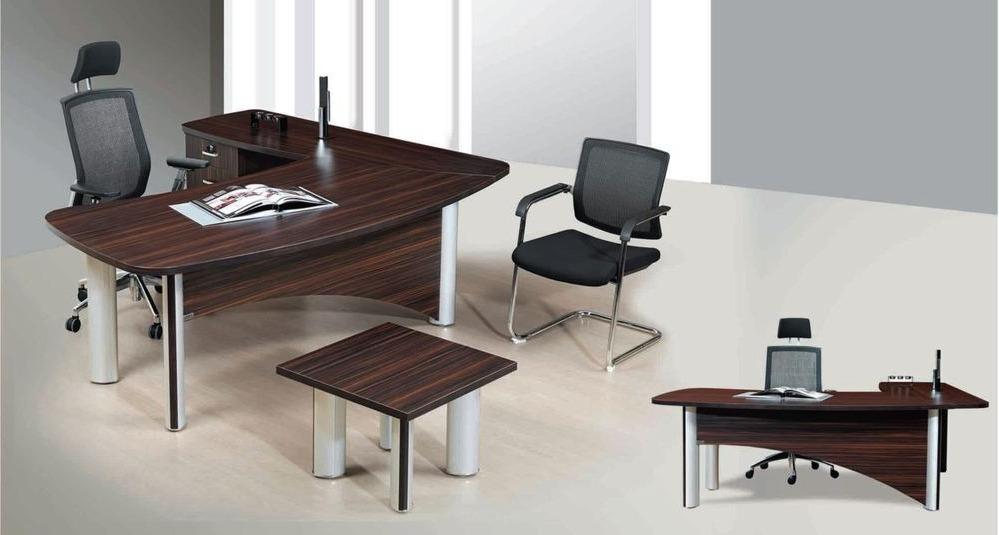 Угловой письменный стол в офисе