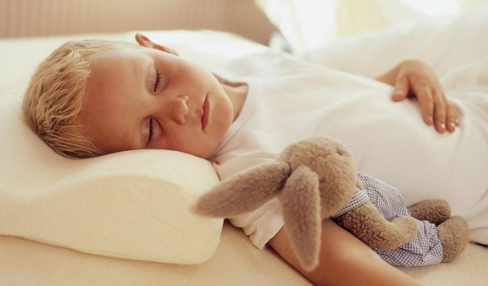 Сон ребенка на подушке
