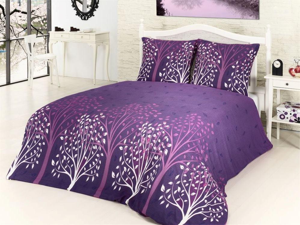 Фиолетовое покрывало на кровате