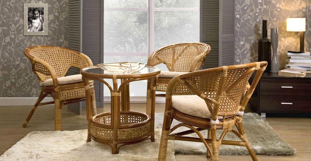 Ротанговые кресла и столик в гостиной