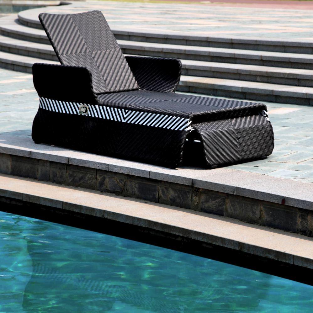 Ротанговый шезлонг у басейна
